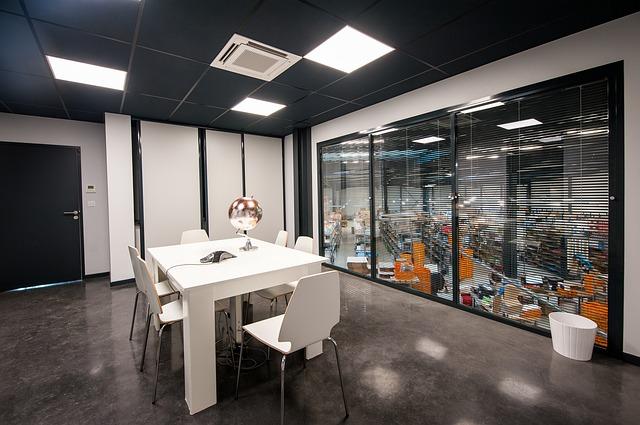 bureau moderne avec table et chaises